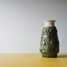 Zielony, duży wazon Bay Keramik.  Wysokość: 30 cm Szerokość w najszerszym miejscu: 16 cm #vintage #vintagefinds #vintageshop #forsale #design #midcentury #midcenturymodern #vase #germany #ddr #bay #keramik