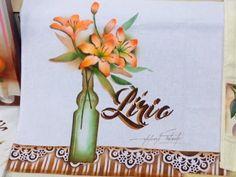 Lista de Materiais *Stencil OPA modelos: Flor Lírio 2091, Garrafa Azeite 2066, Listras 1703, Negativo Moldura Renda 2042 * Tinta para Tecido Acrilex nas core...
