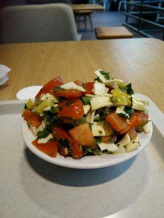 Gemischter Salat mit Käsestreifen