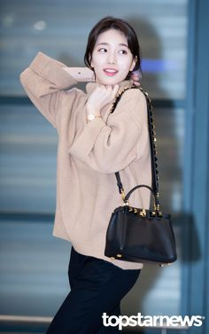 [HD포토] 수지 예쁨이 과하네 #수지 #MissA #미쓰에이 Kpop Fashion, Korean Fashion, Womens Fashion, Airport Fashion, Star Fashion, Hijab Fashion, Korean Celebrities, Celebs, Miss A Suzy