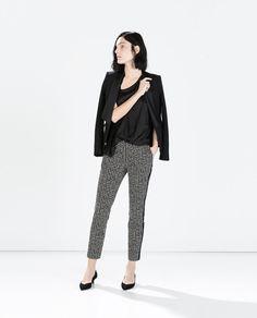 Il pantalone con riga verticale laterale aiuta a slanciare la figura. Pants with side vertical line help stretch the figure. ZARA - DONNA - PANTALONI STAMPATI DETTAGLIO LATERALE