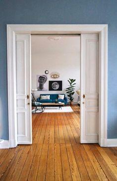 Wow, so wollen wir wohnen! Der Altbau von Community-Mitglied MiMaMeise mit blauer Wand und Schiebetüren lockt mit seinem Dielenboden.