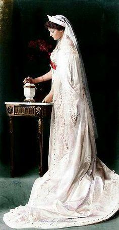 Gran duquesa Tatiana en su vestido de la corte.  Me encanta especialmente esta foto de la princesa ya que muestra que realmente era una persona normal como otra cualquiera solo que estuvo marcada por un destino asignado a su apellido y a su sangre. (1897-1918) Además, muestra como de todas las princesas, Tatiana era la que más se asimilaba a su madre la zarina Alejandra.