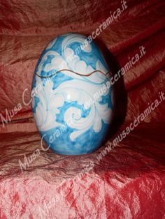 Uovo pasquale – barocco azzurro- tono su tono- fondo celeste