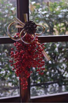 Pine Cone Decorations, New Years Decorations, Christmas Decorations, Japanese Christmas, Japanese New Year, Ikebana Flower Arrangement, Flower Arrangements, Oriental Flowers, How To Wrap Flowers