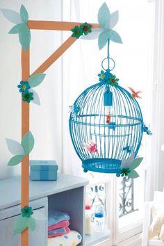 Lampadaire dans une cage à oiseau décorée de fleurs en papier pour la chambre de bébé