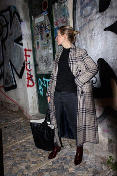 A greige colored plaid coat looks amazing with black faded skinny jeans and a black sweater. The burgundy boots add a pop of color and break up an otherwise monotoned outfit. Fashion Mode, Minimal Fashion, Look Fashion, Womens Fashion, Jacket Outfit, Look 2017, Look Street Style, Business Outfit, Mode Outfits