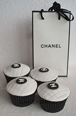OMG.  black and white chanel cup cakes