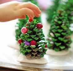 bricolage enfants sapin en pommes de pin avec déco