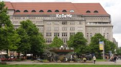 KaDeWe - Le plus célèbre grand magasin de Berlin est l'enseigne KAufhaus DEs WEstens ou Grand Magasin de l'Ouest. C'est le paradis du shopping à Berlin, un point de repère apprécié et immanquable sur la Wittemberg Platz. Avec ses 60 000 mètres carrés, l'équivalent de neuf terrains de football, ses 380 000 articles et ses 40 000 visiteurs par jour http://fr.wikipedia.org/wiki/Kadewe