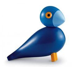 Sangfuglen er i al respekt døbt Kay, og farven er kunstnerens favorit blandt de blå nuancer. Kay Bojesen var altid enten iført et ulasteligt blåt jakkesæt, hvid skjorte, slips og en hvid arbejdskittel. Underspillet, diskret elegance!