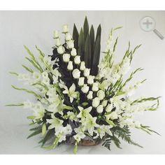 Preciosa escalera de rosas blancas acompañada de lilis y gladiolas, arreglo de gran tamaño recomendado para condolencias o también puedes pedirlo en color rosa para toda ocasión. Arreglo de buen tamaño 67cm altura X 55cm ancho aproximadamente. 24 tallos de gladiolas 25 rosas 5 tallos de lilis f
