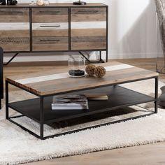 Table basse industrielle aux lignes épurées avec tablette de rangement en métal noir et plateau supérieur en acacia brossé bicolore.