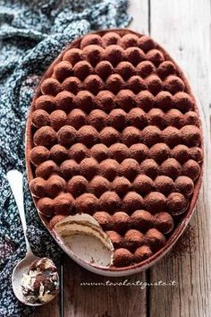 Tiramisù - Ricetta classica e veloce con uova pastorizzate. I just want to know how they made the top! Food Cakes, Cupcake Cakes, Cupcakes, Sweet Recipes, Cake Recipes, Dessert Recipes, No Bake Desserts, Just Desserts, Creative Desserts