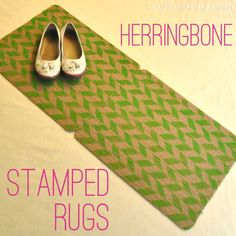 use a sponge to stamp yourself a pretty patterned rug (tut @ the blog)