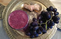 Purple Passover Juice 2 cups ml) blackberries 2 cups ml) black or purple grapes 2 in cm) piece of fresh ginger root Healthy Juices, Healthy Smoothies, Healthy Drinks, Smoothie Recipes, Detox Smoothies, Healthy Dishes, Healthy Food, Healthy Holiday Recipes, Raw Food Recipes