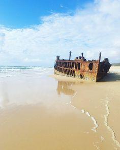 SS Maheno Fraser Island Queensland.  Australian lomamme huippuja on ollut kolme päivää Fraser Islandilla. Saarella ei ole kunnollisia teitä joten autoksi tarvitsee nelivedon jolla ajaa pitkin 100km pitkää hiekkarantaa tai sisämaan kinttupolkuja. Palkinnoksi saa upeita maisemia ja tarpeeksi aikaisin noustessa autioita hiekkarantoja. Tälläkin lähes satavuotiaalla hylyllä ei ollut ketään muuta puoli kahdeksalta aamulla - ihan totta me heräsimme jo kukonlaulun aikaan!  (via Instagram)