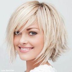 Düz saçlar için orta boy, hareketli saç kesimi