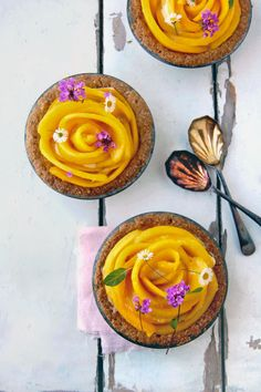 Mango and Sabayon Cream Tart 1 Basic Sweet Tart Crust Recipe (or 1 Coconut Oat Bran Tart Crust Recipe. Mango Tart, Mango Pie, Mango Cream, Sweet Pie, Sweet Tarts, Fresh Figs, Fresh Fruit, Just Desserts, Delicious Desserts