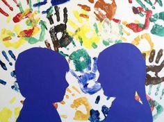 Handen van de kinderen met verf op canvas. Foto gemaakt van hen. Van de foto een copie gemaakt en deze uitvergroot. Daarna met stift het profiel omgetrokken en uitgeknipt. De uitgeknipte foto omgetrokken op gekleurd papier. Weer uitgeknipt en daarna opgeplakt .