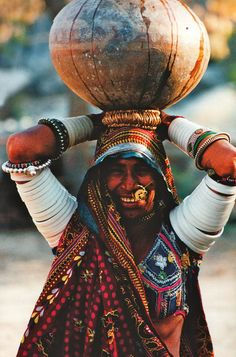 When you look more beautiful without any makeup. Feel the beauty of India. There is lot to explore in India. Let's start from Rajasthan. Tribal Women, Tribal People, Indian Photography, People Photography, Street Photography, Tribes In India, Amazing India, India Culture, Indian People