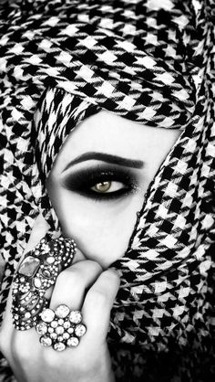 beauty hijab, ideas for photo shoots, muslim, modest… Black N White, Black White Photos, Black And White Photography, Beautiful Hijab, Beautiful Eyes, Stunningly Beautiful, Islamic Girl, Beauty And Fashion, Style Fashion