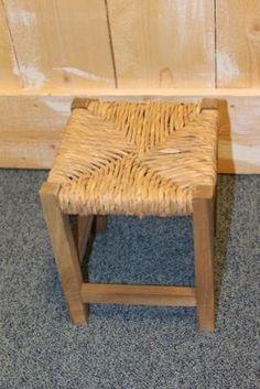 Schattig klein houten krukje met biezen zitting voor kinderen of als bijzettafeltje te gebruiken.