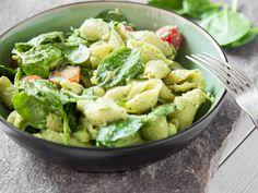 Grüner Nudel-Spinat-Salat mit Avocado-Dressing
