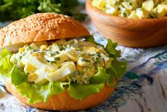 Tomato and egg mayonnaise rolls are perfect for a picnic Egg Mayonnaise, Romanian Food, Salmon Burgers, Picnic, Easy Meals, Rolls, Snacks, Chicken, Cooking