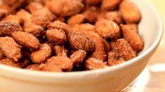 Sabe aquele aroma irresistível que emanam dos carrinhos de castanhas caramelizadas...Veja como prepara-las em casa - é rápido e fácil. E você pode acrescentar diversos sabores.   Ficam também excelentes emreceitas como brownie, fudge ou bolo crocantes. Esta técnica realça o sabor e a crocância e cria verdadeiras delícias. O difícil é comer uma só... Você pode utilizar amendoas, nozes, pecan, avela, castanha do pará, macadâmia, amêndoim ou qualquer outra de sua preferência. Pode acrescentar…