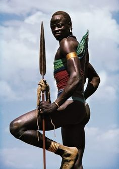 The Dinka tribe are a pastoral ethnic group living in southern Sudan.They cover a wide area of the Upper Nile province in southeast Sudan. African Tribes, African Men, African Beauty, We Are The World, People Around The World, Beautiful World, Beautiful People, Warriors Standing, Foto Portrait