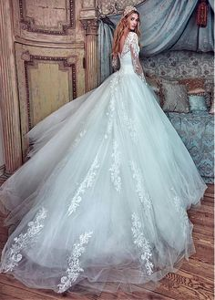Graceful Tulle Bateau Neckline Ball Gown Wedding Dresses With Beaded Lace Appliques
