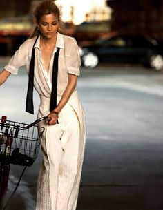L'intramontabile fascino e la versatilità di una camicia bianca, indossata dalla splendida Anne Marie Van Dijk, fotografata da Drew Jarrat per Elle Italia. &nbsp...