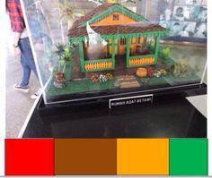 Rumah Betawi umumnya memiliki ragam hias yang sangat spesifik. Ragam hias ini biasa dibuat untuk dinding pembatas teras, untuk hiasan dinding, tapi terutama digunakan untuk menutup lubang ventilasi pada dinding depan warna merah : berani kuat warna coklat : damai, persahabatan warna oranye : hangat, gembira warna hijau : sejuk, keberuntungan, tenang