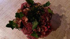 Bloemstukje in een kalebas. Kalebas uithollen, dag laten drogen. Oasis een nacht in water leggen. Ik heb bloemen uit eigen tuin gebruikt !