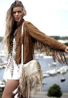 Sexy modern hippie style fringe jacket with boho chic fringe leather purse for an edgy gypsy grunge allure Hippie Chic, Hippie Elegante, Modern Hippie Style, Hippie Look, Modern Gypsy, Boho Gypsy, Gypsy Style, Bohemian Style, Gypsy Cowgirl