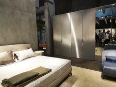 Os quartos aparecem com muitos materiais reflexivos, do espelho ao metal, e com elementos extremamente aconchegantes, com ênfase nos móveis com revestimento estofado.
