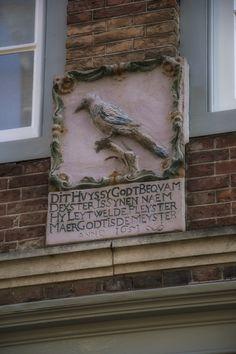 https://flic.kr/p/kdYCAK | Facingbrick, Hofstraat, Dordrecht | Dit huis is God bekwaam. De Ekster is zijn naam. Hij heeft wel gelegd het pleister (cement). Maar God is de meister (vakman).  This house may be nice in Gods eyes. It's name is Magpie. Well, he may have layed the cement. But God is still the craftman.  Dieses haus ist Gott ja schön befähig. Sein name ist Elster. Nah, er möchte dann das Mörtel gesmiert haben. Gott ist noch immer der fachmann.