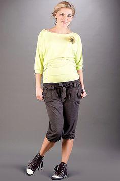 Šedé tříčtvrteční kalhoty pro těhotné s elastickým pasem Capri Pants, Sporty, Style, Fashion, Swag, Moda, Capri Trousers, Fashion Styles, Fashion Illustrations