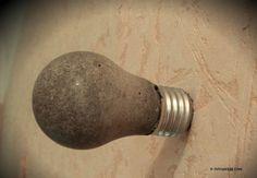 Transformez des ampoules en patères design, avec du béton! DIY