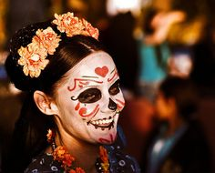 i feel like you don't see many smiling dia de los muertos shots. like this.