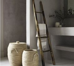 Escalera de mano, como toallero • Wood ladder, used as a towel rack