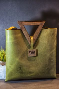 Leather Gifts, Leather Bags Handmade, Handmade Bags, Leather Craft, Leather Purses, Leather Handbags, Leather Totes, Leather Bag Tutorial, Wooden Bag