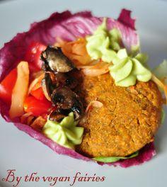 Πεντανόστιμα χορτοφαγικά μπέργκερ που περιέχουν 2 υλικά με υψηλή διατροφική αξία: την Κινόα και τις κόκκινες φακές. Η Κινόα θεωρείται η μόνη φυτική τροφή που παρέχει όλα τα απαραίτητα αμινοξέα, πρω…
