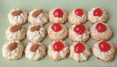 Tempo fa avevo provato una ricetta per fare i dolcetti alla pasta di mandorle ma con risultati molto deludenti... tanta fatica, tanto impegno per ottenere dei biscottialle