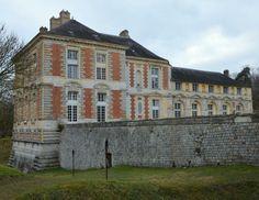 A la limite de la Bourgogne et de l'Ile de France, le château de Vallery est l'oeuvre de Jacques d'Albon, maréchal de Saint-André. Son architecture, très en avance sur son époque, annonce le style Louis XIII, avec son mélange de murs en briques et de chaînages en pierre. Il reste inachevé à la mort de son propriétaire. Largement amputé au 19°s et trsè dégradé, les vestiges du château ont été récemment restaurés