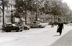 les voiture sont en stationnement en épis Paris Champs Elysees, Vintage Photographs, 1950s, Street View, Life, Outdoor, Inspiration, Automobile, Outdoors