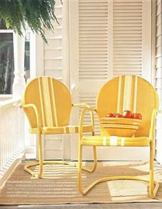 Vintage metal garden chairs and yellow! My Gramma had metal garden chairs! Painted Metal Chairs, Vintage Metal Chairs, Metal Lawn Chairs, Painted Furniture, Painted Pallets, Lawn Furniture, Metal Furniture, Vintage Wood, Garden Chairs