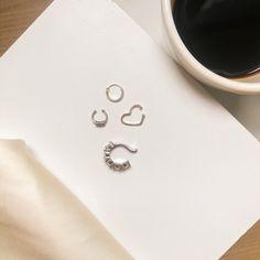Tomando café e separando as joias do dia.  Piercing em Prata ✨ Compre através do WhatsApp 83994078311 📲 Piercing, Phone, Rings, Silver, Telephone, Piercings, Ring, Jewelry Rings, Mobile Phones