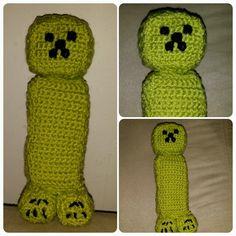 Virkad creeper. Minecraft. Crochet. http://lippaloppa.wordpress.com/2014/05/07/monster-till-att-virka-minecraft-creeper-och-enderman/